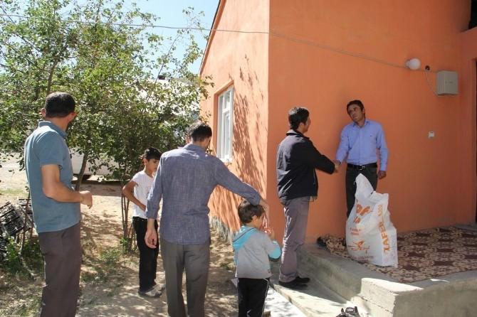 İlçe Müftüsü Fakir Ve Muhtaç Aileleri Ziyaret Edip Gıda Yardımında Bulundu
