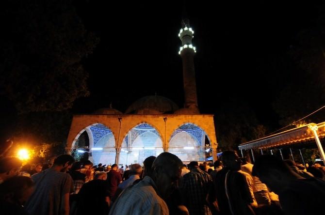 Antalya'da Camilerde Kadir Gecesi İzdihamı