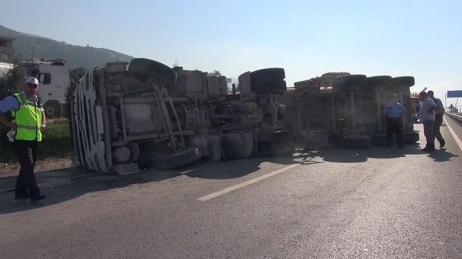 Kocaeli'de Devrilen Tır, D-100'ü 2 Saat Trafiğe Kapattı