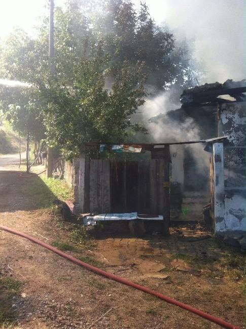 Tosya'da Yangında 2 Katlı Ev Tamamen Yandı