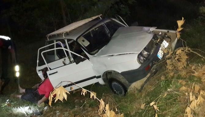 Otomobiline Parfüm Sıkmak İsterken Kaza Yaptı: 2 Yaralı