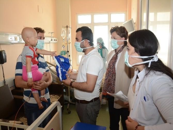AK Gençlerden Hastanedeki Çocuklara Bayramlık