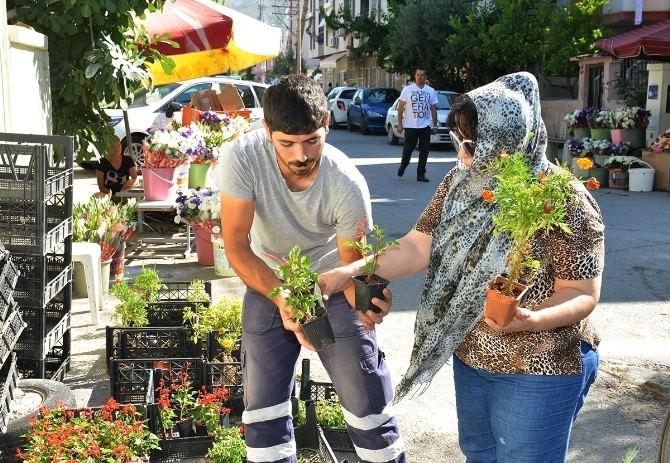 Çiğli Belediyesi Arefe Gününde Çiçek Dağıttı