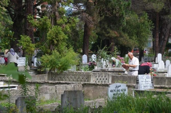Arife Günü Vatandaşlar Mezarlıklara Akın Etti