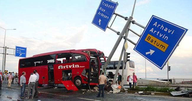 Rize'de otobüs ile otomobil çarpıştı: 1 ölü, 36 yaralı