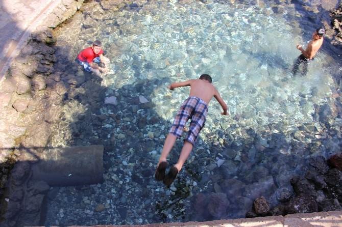 Sıcaktan Bulanan Çocuklar Bayramda Süs Havuzuna Girdi