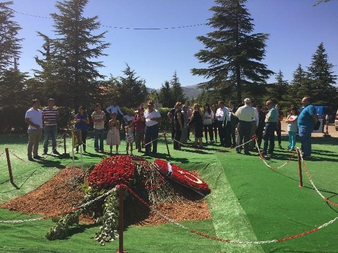 Süleyman Demirel'in Mezarına Bayramda Ziyaretçi Akını