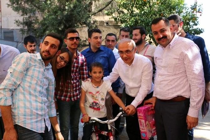 Eski Bakan Elvan, Hayallerini Çizen Suriyeli Çocukları Sevindirdi