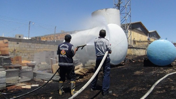 Yakıt Tankerlerine Sıçrayan Yangın Son Anda Söndürüldü