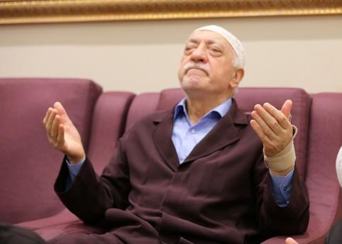 Cemaat'in eski abileri Fetullah Gülen'e karşı!