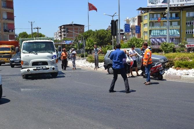 Temizlik Aracı Kırmızı Işıkta Duran Otomobile Çarptı