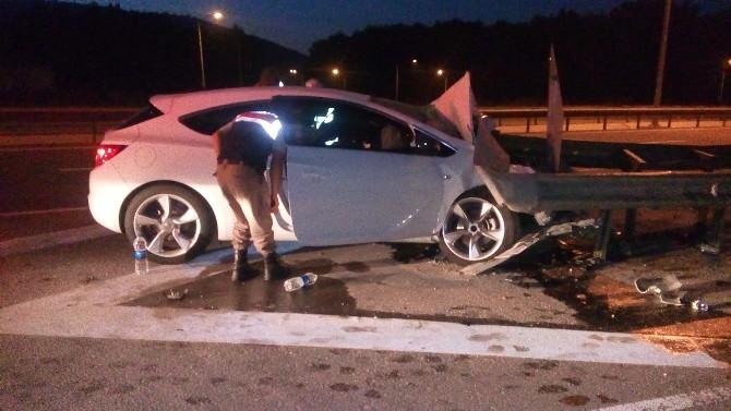 Direksiyon Başında Uyuyan Sürücü Bariyerlere Çarptı: 2 Yaralı