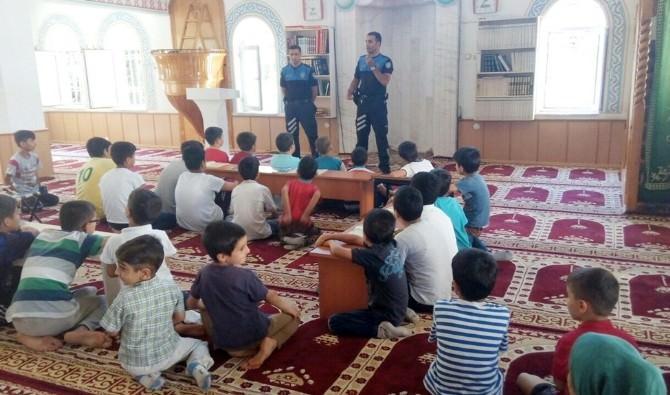 Polisler Öğrencilere Eğitim Semineri Verdi
