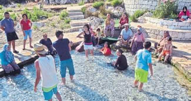 Üç bin yıllık havuz turistlerin gözdesi