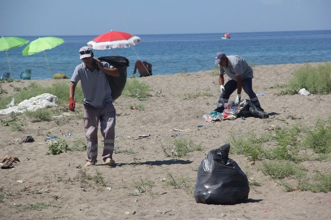 Menderes'in Sahil Bölgelerinde Bayram Temizliği