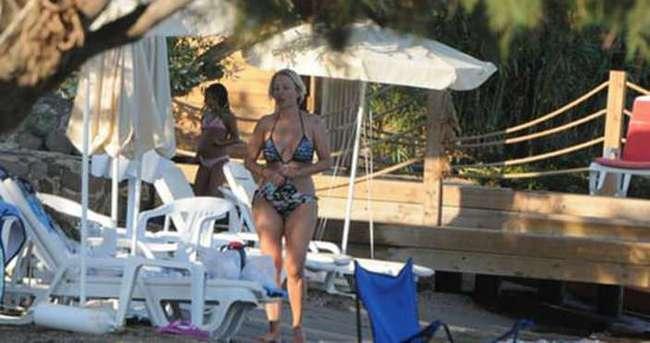 Yıllara meydan okuyan Berna Laçin'den bikini şov