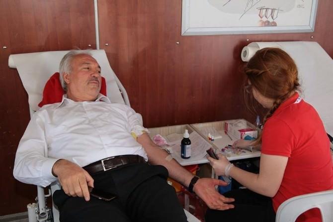 Vali Ve Başkan'dan Kan Bağışı