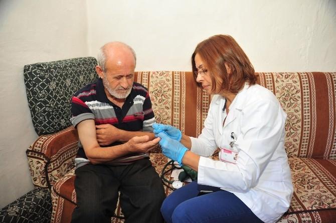 Kepez'de Hastalara Evde Bakım Hizmete Devam Ediyor