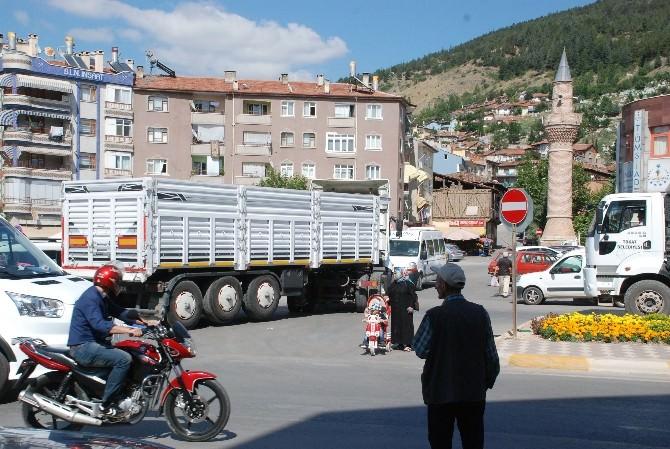 Girilmez Levhasına Uymayan Sürücüler Trafiği Aksatıyor