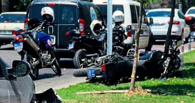 Otomobil polis ekiplerine çarptı