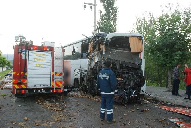 Tokat'ta Yolcu Otobüsüne Kamyon Çarptı: 15 Yaralı