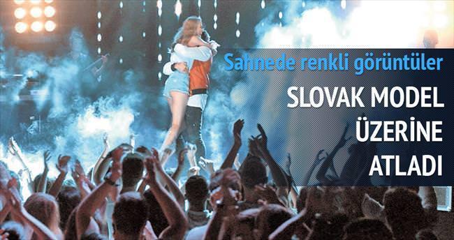 Slovak model üzerine atladı