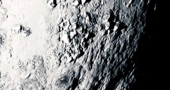 Plüton'un kalbinde dağlar var