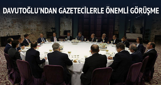 Davutoğlu'ndan gazetecilerle önemli görüşme