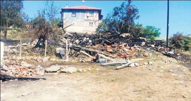 2 ev kül oldu: 1 ölü