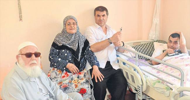 Ömrünü engelli ailesine adadı
