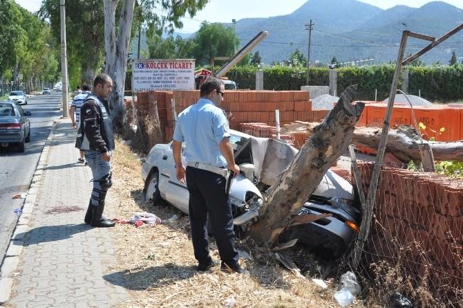 Ağaca Çarpan Otomobildeki 4 Genç Yaralandı