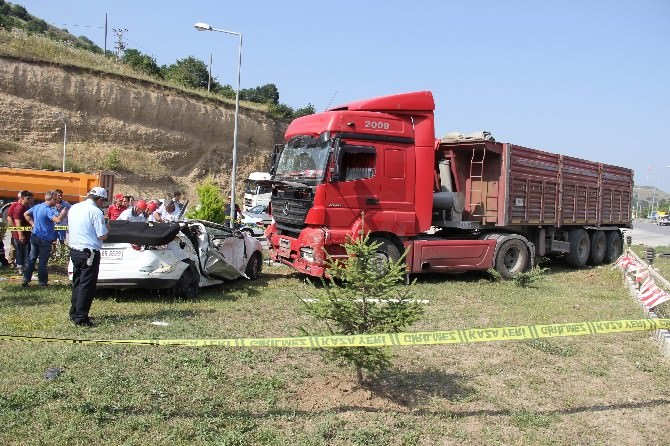 Tır Otomobili Biçti: 1 Ölü, 6 Yaralı
