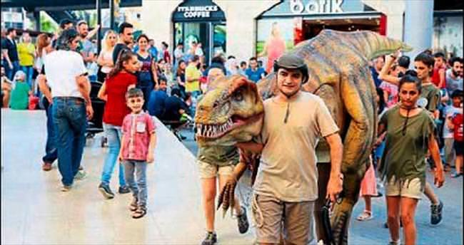 Forum Mersin'i dinozorlar bastı