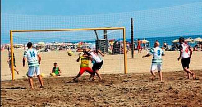 Gümüldür'de plaj futbolu heyecanı