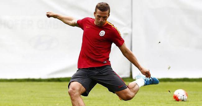 Podolski'nin şutu kaleciyi yaraladı