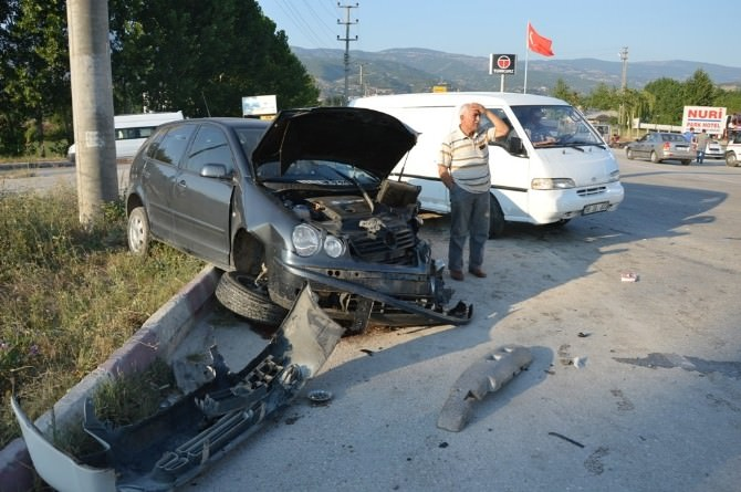 Niksar'da 2 Otomobil Çarpıştı: 5 Yaralı