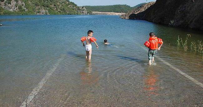 Su altına kalan yolda yüzdüler