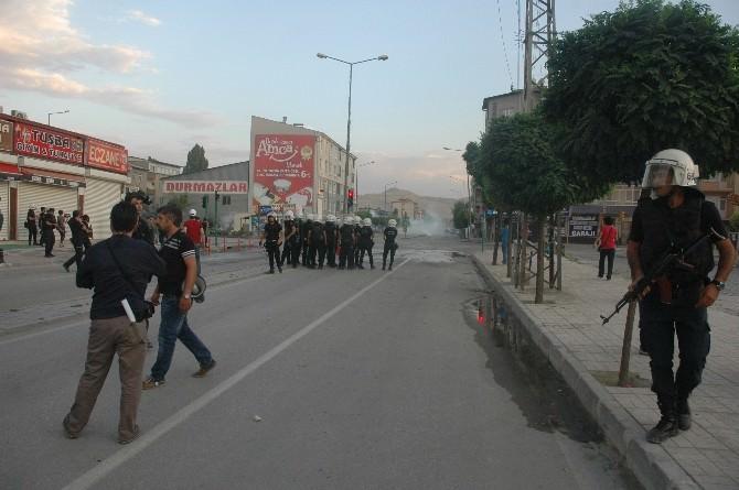 Van'da İzinsiz Yürüyüşe Polis Müdahale Etti