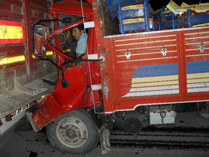 Bilecik'te Kamyon Tır'a Çarptı 1 Yaralı