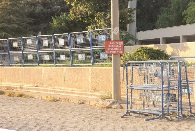 Mardin'de Kamu Kurumlarının Etrafı Bariyerlerle Kapatıldı
