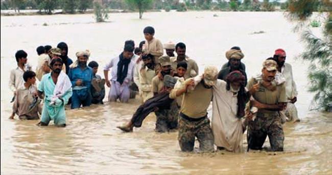 Pakistan'da sel 800 bin kişiyi evsiz bıraktı