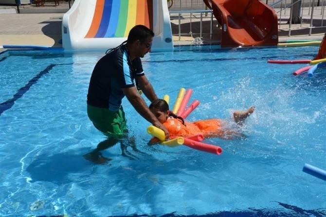 Yüzme Havuzundaki, Kurslar Yoğun İlgi Görüyor