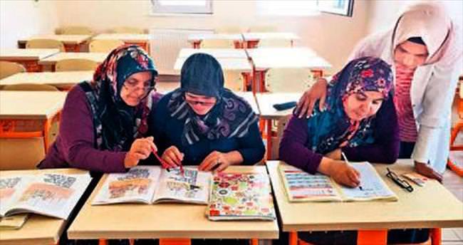 Kadınlar okuma yazma öğreniyor
