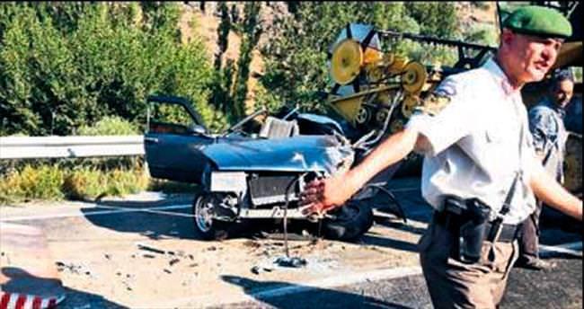 Biçerdöverle otomobil çarpıştı: 1 yaralı