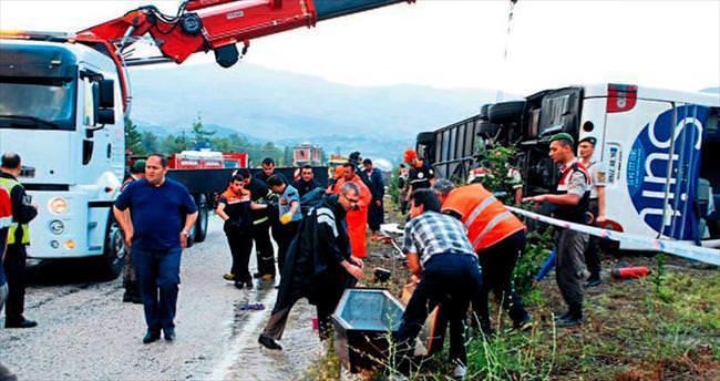 Yolcu otobüsü devrildi: 1 ölü