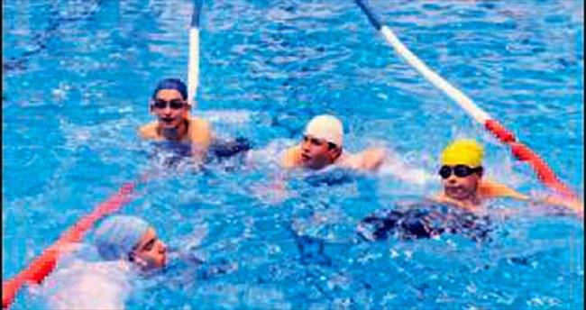 Mamaklılar serinlemek için havuza koştu