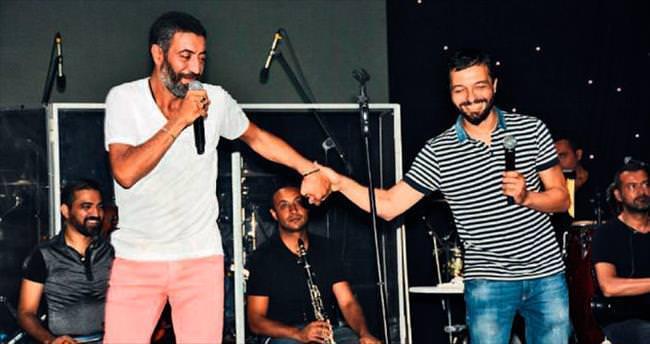 Tatilciler iki ünlü şarkıcıyla eğlendi