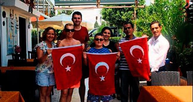 MADDER üyeleri Türk Bayrağı açtı