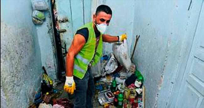 Çöp dolu ev iki saatte temizlendi