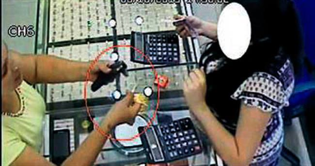 Altın çalan hırsız kameraya takıldı